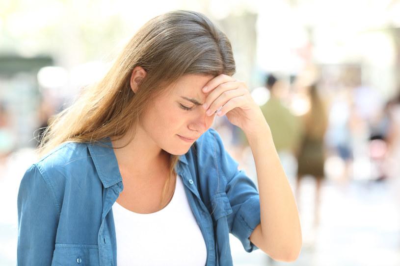 Zawroty głowy, mroczki przed oczami, osłabienie iprzyspieszone bicie serca mogą być efektami niskiego poziomu glukozy we krwi. Powoduje go niewłaściwe odżywianie, często połączone ze stresem i brakiem snu /123RF/PICSEL