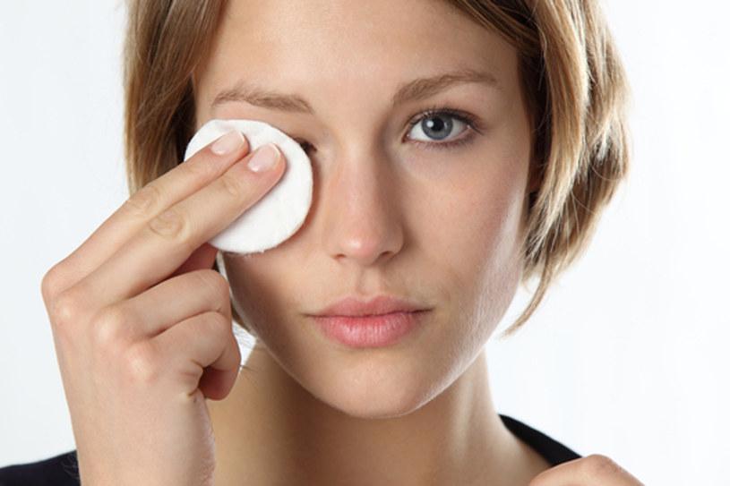 Zawsze dokładnie zmywaj makijaż! /© Panthermedia