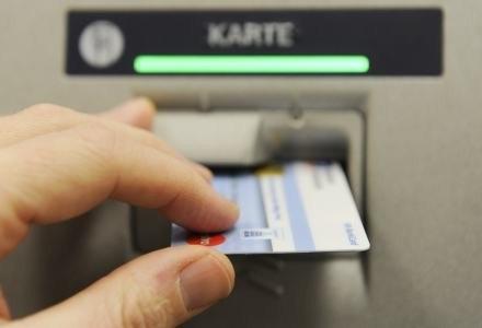 Zawsze należy uważać korzystając z kart płatniczych /AFP