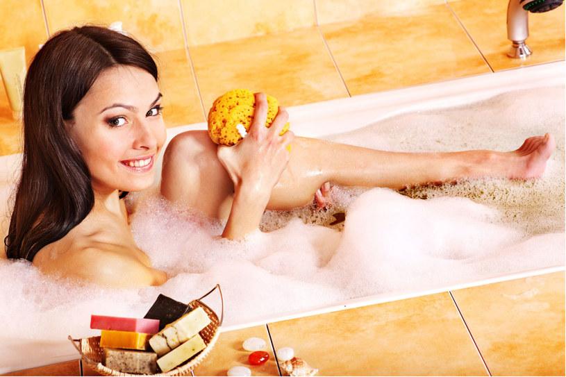 Zawsze po kąpieli pamiętaj o tym, by nasmarować ciało kremem lub olejkiem /123RF/PICSEL