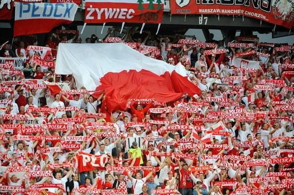 Zawsze tłumnie przychodzili na mecze Orłów, dlaczego teraz ich nie będzie? /AFP