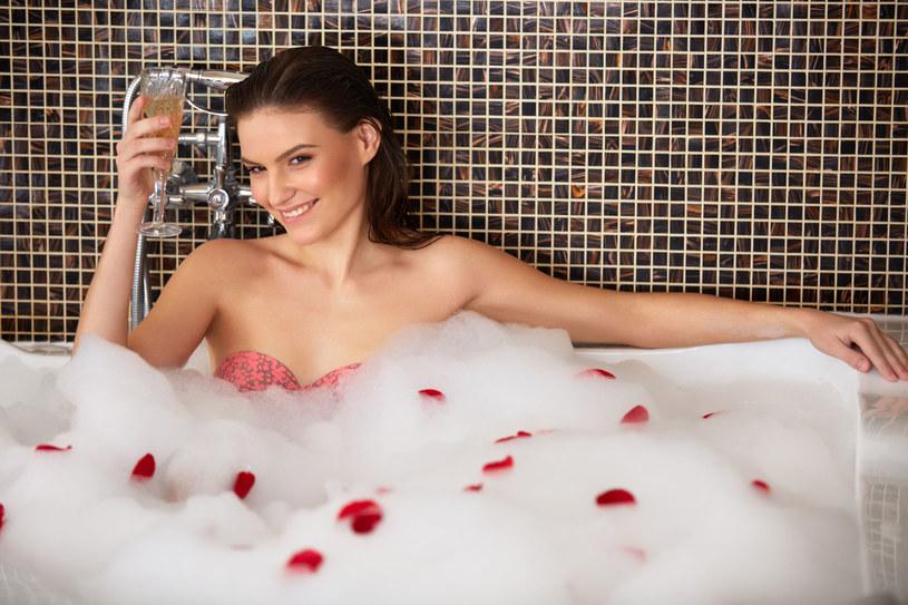 Zawsze warto jest znaleźć czas na rozgrzewającą kąpiel. To również świetny sposób, aby się odprężyć /123RF/PICSEL