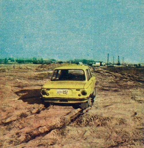 ZAZ 968 w swym żywiole. Duży moment obrotowy oraz szeroki przekrój opon umożliwiają jazdę po piasku nawet niewprawnemu kierowcy. /Motor