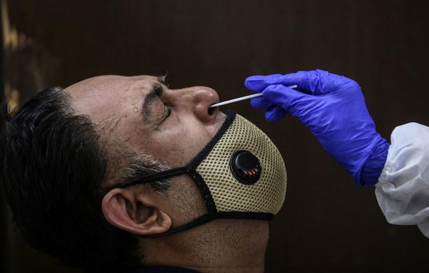 Zazwyczaj do wykonania testu pobiera się wymaz z nosogardzieli /DIVYAKANT SOLANKI /PAP/EPA