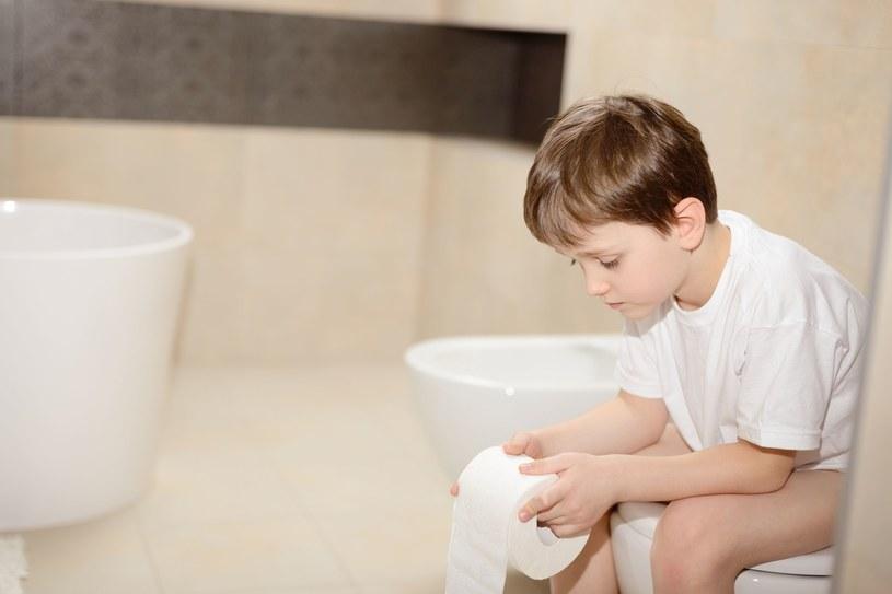 Zazwyczaj pierwszym objawem zarażenia się rotawirusem jest gorączka. Po kilku godzinach pojawiają się  biegunka. Odwodnienie jest szczególnie grożeń u dzieci /123RF/PICSEL