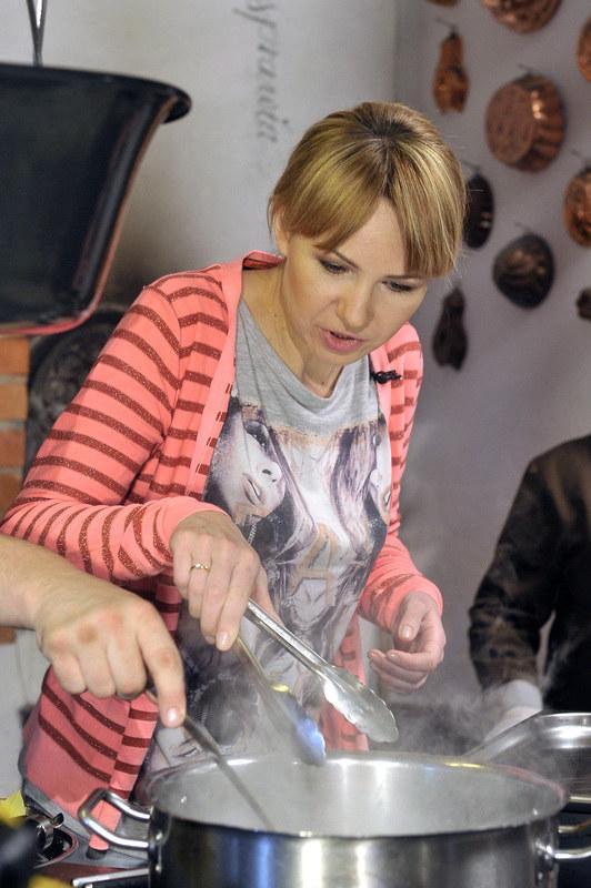 - Zazwyczaj po nakręceniu odcinka sprawdzam przepisy we własnej kuchni - wyznaje aktorka. /Gałązka /AKPA