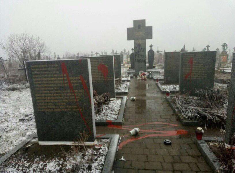 Zbezczeszczony polski cmentarz we wsi Podkamień na Ukrainie (fot. Grupa Varta 1) /facebook.com