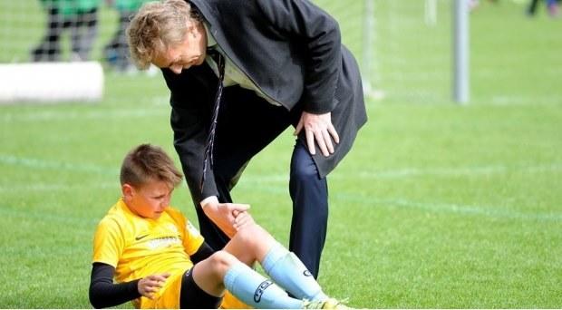 Zbigniew Boniek pomaga nie tylko temu małemu piłkarzowi, ale całej polskiej piłce podnieść się z kolan. /Informacja prasowa