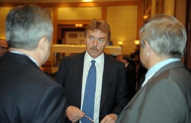 Zbigniew Boniek uważa, że polskiego sportu nie stać na lekceważenie pieniędzy od firm bukmacherskich /AFP