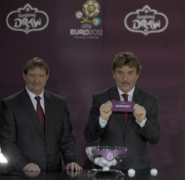 Zbigniew Boniek (z prawej) podczas losowania grup eliminacyjnych euro 2012 /AFP