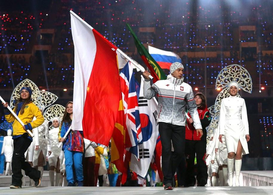 Zbigniew Bródka na czele naszej olimpiskiej ekipy. Ceremonia zamknięcia igrzysk w Soczi /TATYANA ZENKOVICH  /PAP/EPA