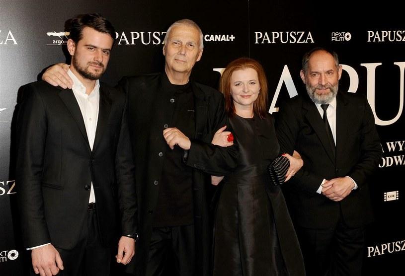 """Zbigniew Waleryś (pierwszy z prawej) z reżyserem i odtwórcami głównych ról w """"Papuszy"""". /Agencja W. Impact"""