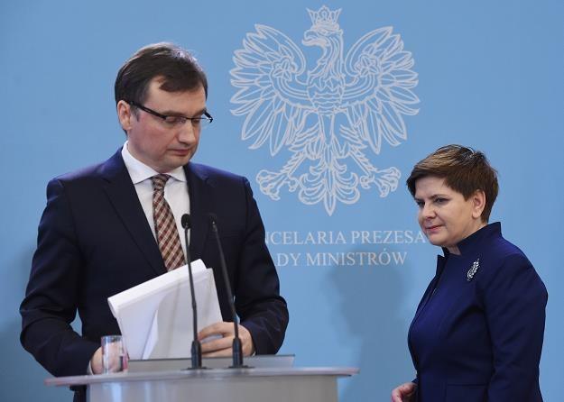 Zbigniew Ziobro (L), minister sprawiedliwości i Beata Szydło, premier rządu (P) /PAP