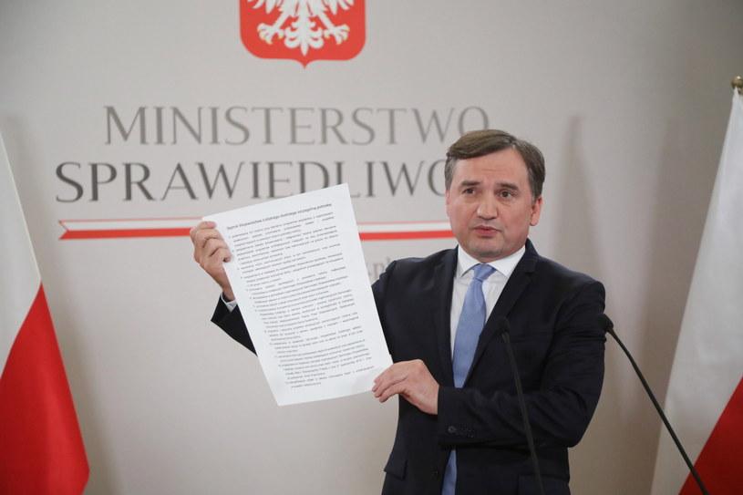 Zbigniew Ziobro podczas piątkowej konferencji /Wojciech Olkuśnik /PAP