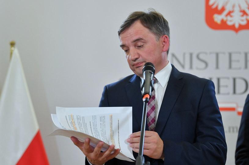 Zbigniew Ziobro podczas poniedziałkowej (21 września) konferencji / Radek Pietruszka   /PAP