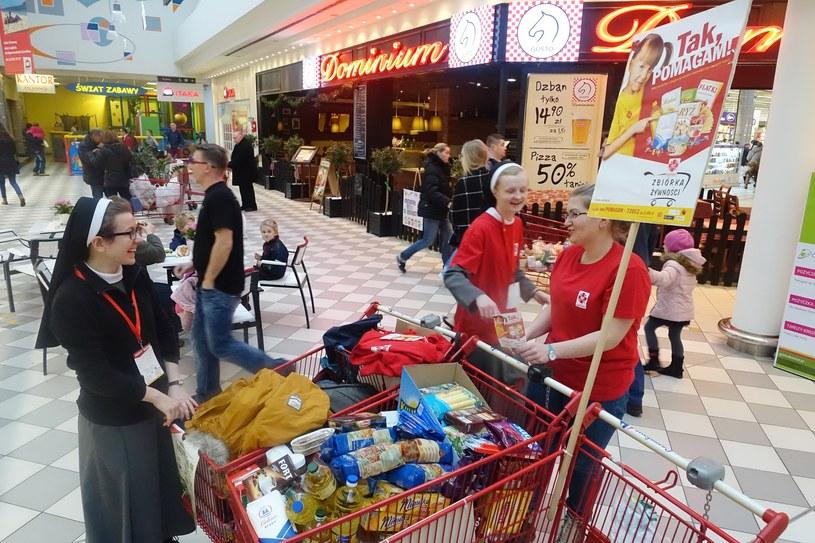 Zbiórka odzieży i żywności prowadzona przez wolontariuszy Caritas Polska /Wojciech Laski /East News