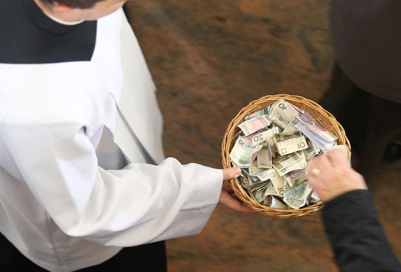 """Zbiórka ofiary """"na tacę"""" podczas mszy, zdjęcie ilustracyjne /MONKPRESS /East News"""