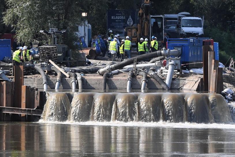 Zbiornik gromadzący ścieki (czerpnia) w pobliżu mostu pontonowego przez Wisłę w Warszawie / Radek Pietruszka   /PAP