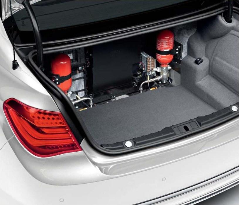 Zbiorniki ze środkami gaśniczymi umieszczone w bagażniku podłączone są do rurek i dysz. System może być włączony automatycznie, po wykryciu wysokiej temperatury lub ręcznie. Środek gaśniczy trafia pod samochód, na opony i do komory silnika, co skutecznie chroni np. przed pożarem po obrzuceniu auta koktajlami Mołotowa. Między bagażnikiem a kanapą znajduje się płyta pancerna. /BMW