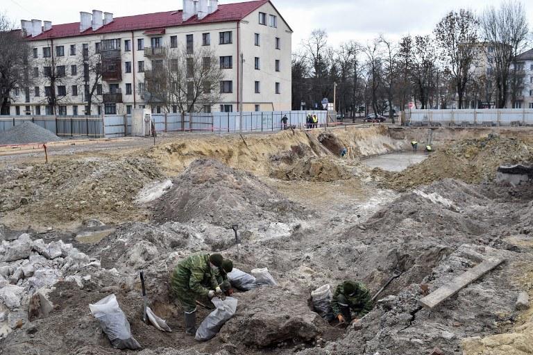 Zbiorowa mogiła została odkryta na początku tego roku w trakcie prac budowlanych /SERGEI GAPON /AFP