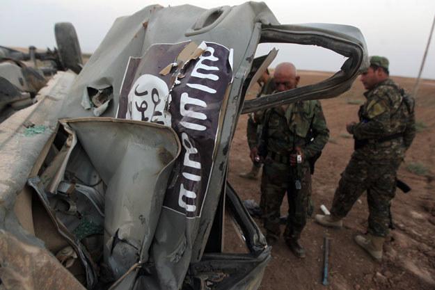 Zbombardowany przez Amerykanów samochód islamistów fot. Ahmad Al-Rubaye /AFP