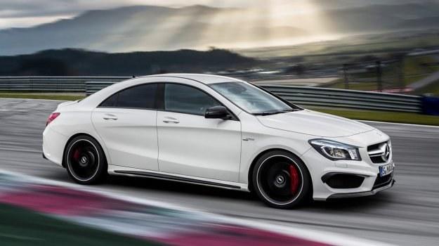 Zbudowany na platformie klas A i B model CLA ma dwie pary pozbawionych ramek drzwi i profil inspirowany autami z nadwoziem coupe. /Mercedes