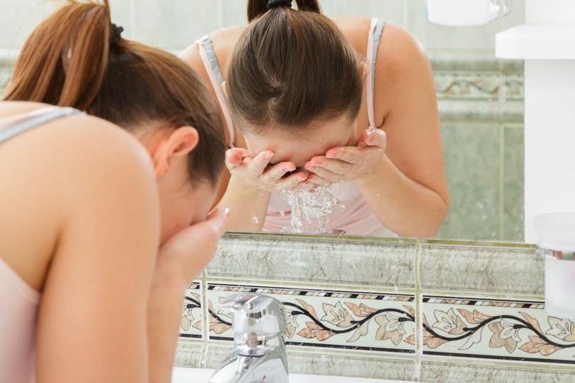 Zbyt częste mycie twarzy powoduje utratę naturalnych substancji składających się na barierę ochronną skóry /123RF/PICSEL