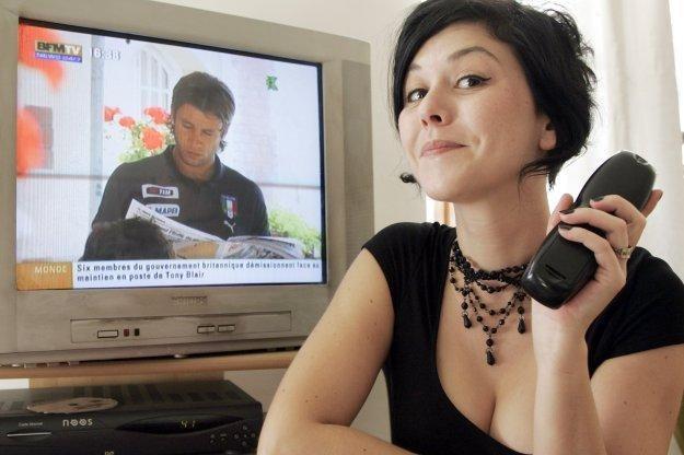 Zbyt długie oglądanie telewizji może być szkodliwe jak palenie papierosów /AFP