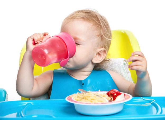 Zbyt długie posługiwanie się niekapkiem przedłuża bowiem odruch ssania u dzieci, może też powodować problemy z tzw. pionizacją języka. /123RF/PICSEL