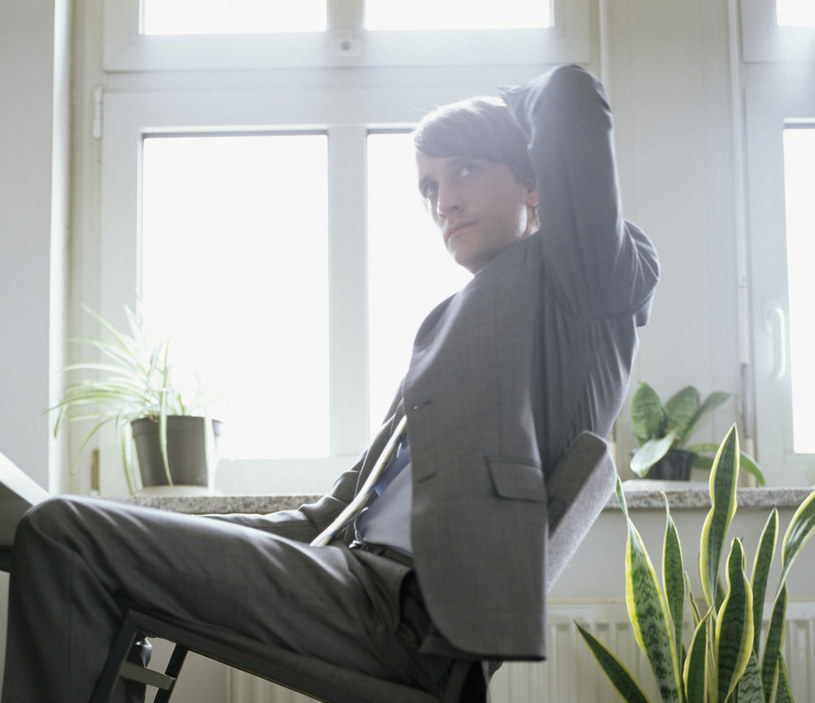 Zbyt długie przebywanie w pozycji siedzącej /© Photogenica