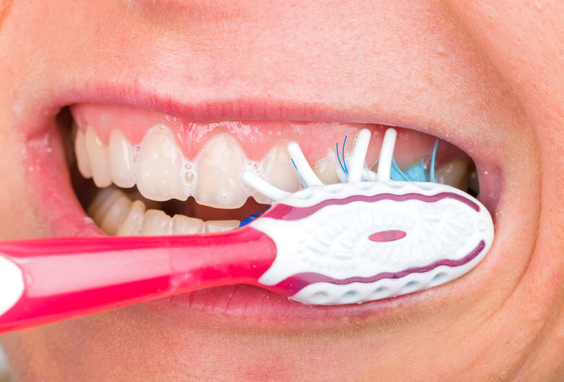 Zbyt mocne szorowanie zębów /©123RF/PICSEL