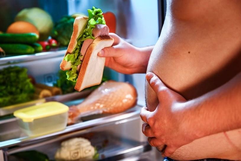 Zbyt wysoka ilość cukrów prostych w diecie może w łatwy sposób prowadzić do otyłości /123RF/PICSEL