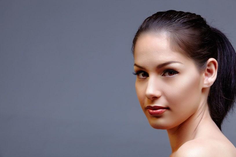 Zbyt wysokie czoło zamaskuj odpowiednim makijażem /123RF/PICSEL