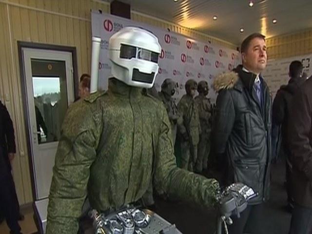 Zdalnie sterowany robot bojowy będzie operował w warunkach niebezpiecznych dla życia człowieka. /YouTube