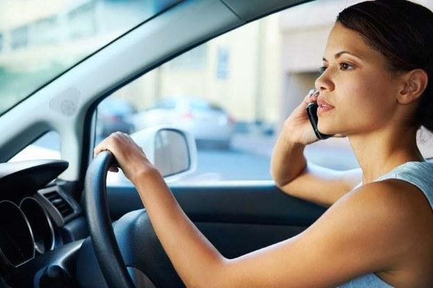 Zdania w sprawie zakazu używania telefonów w czasie prowadzenia auta na pewno są podzielone /123RF/PICSEL