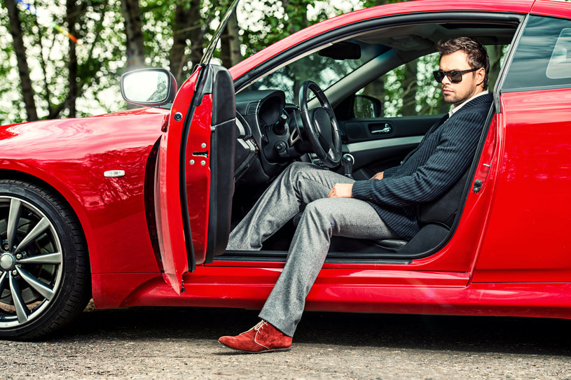 Zdaniem badaczy egocentryczni i kłótliwi mężczyźni częściej kupują drogie samochody /123RF/PICSEL