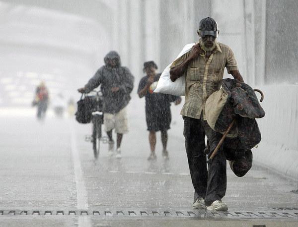 Zdaniem Earth Policy Institut jedna z największych dużych klimatycznych migracji miała miejsce w 2005 r., gdy po przejściu huraganu Karina 250 tys. Amerykanów przeprowadziło się w głąb kraju. Fot. Robert Sullivan/Files /AFP
