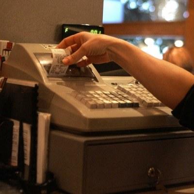 Zdaniem Macieja Grabowskiego lekarze i prawnicy zaczną używać kas fiskalnych w 2011 r. /AFP
