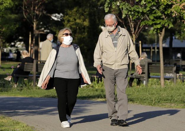 Zdaniem naukowców mowa może być poważnym źródłem zakażeń koronawirusem /Andrej Cukić /PAP/EPA