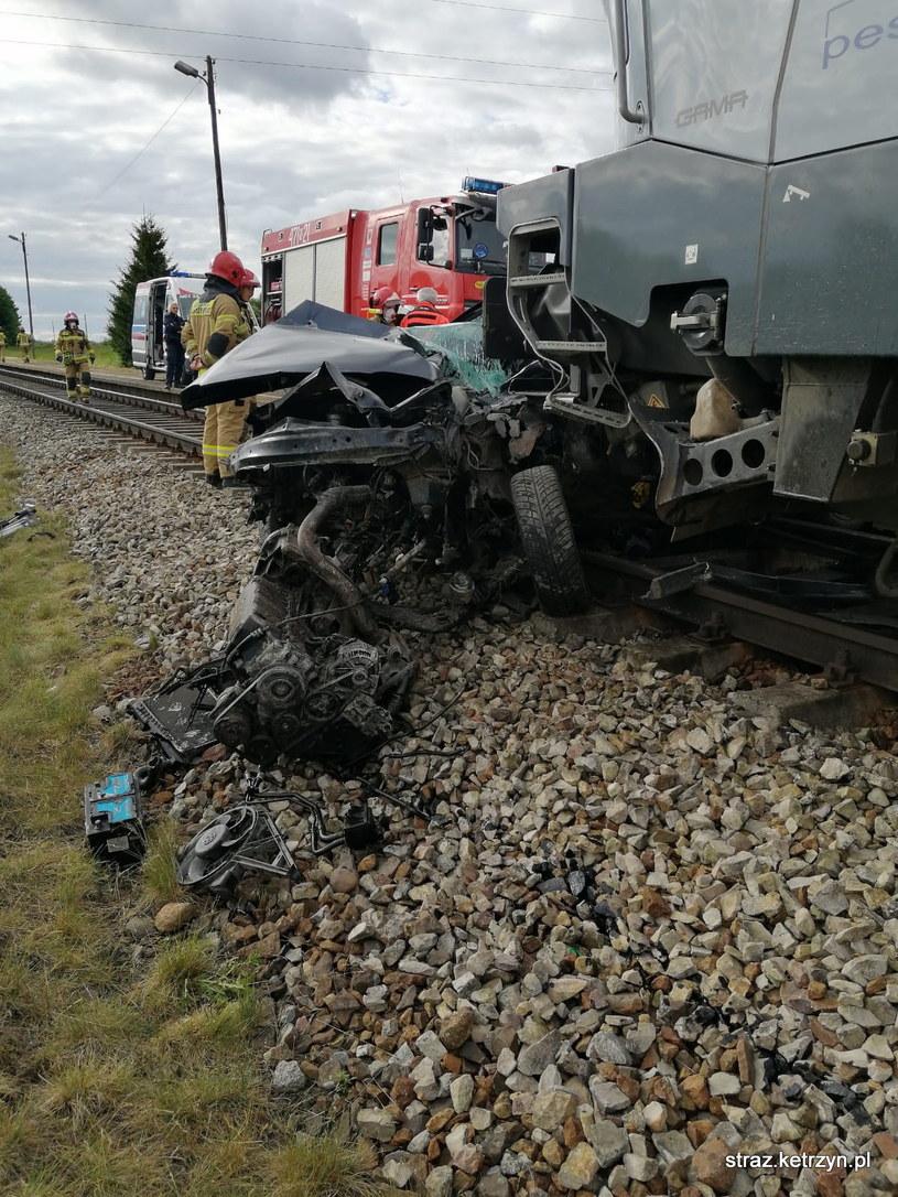 Zdaniem policji 21-letni kierowca mógł nie zachować należytej ostrożności pokonując przejazd /PAP/KP PSP Kętrzyn /PAP