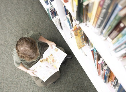 Zdaniem specjalistów 6-latek uczy się inaczej niż jego rok starszy kolega /ThetaXstock