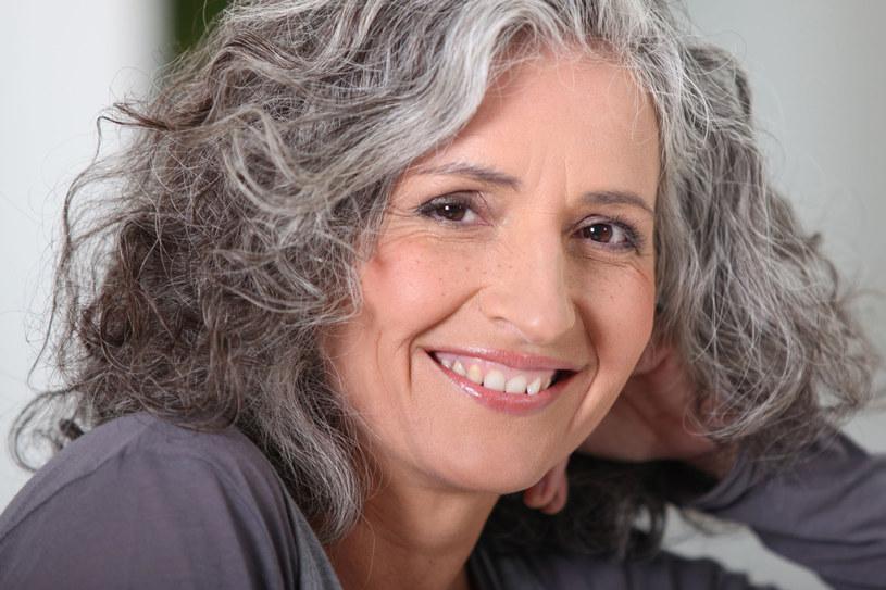 Zdaniem uczonych siwe włosy postarzają kobiety dwa razy bardziej niż mężczyzn /123RF/PICSEL