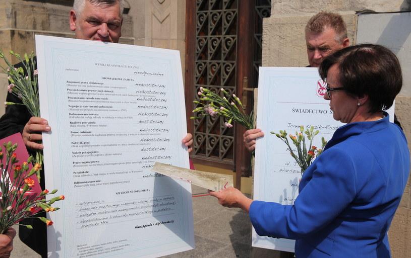 Zdaniem związkowców, minister edukacji nie zdała do następnej klasy /Andrzej Grygiel /PAP