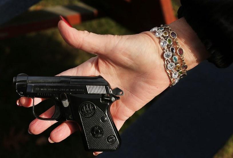 Zdarza się, że kobiety przejmują w gangach ster po zabiciu bossa /AFP