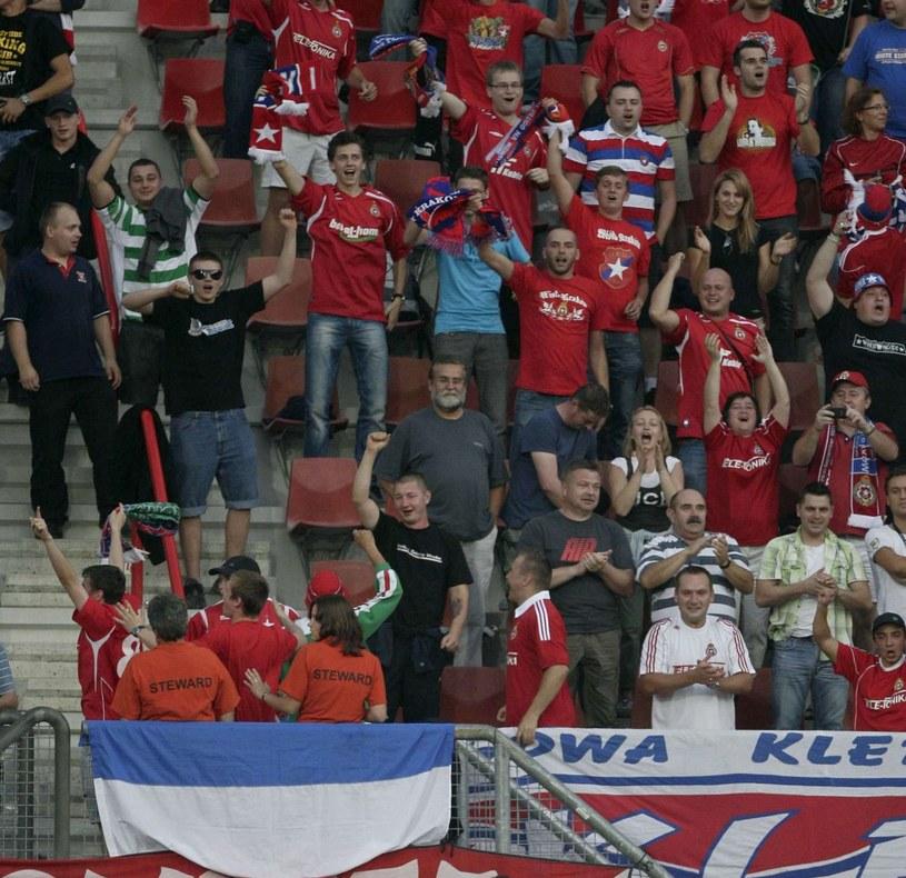Zdecydowana większość fanów Wisły wspiera zespół dopingiem. Tylko nieliczni protestują. /AFP