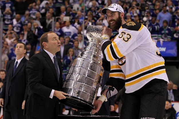 Zdeno Chara otrzymuje Puchar Stanleya z rąk komisarza NHL Gary'ego Bettmana /AFP
