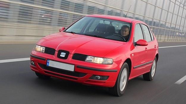 Zderzak wersji standardowej ma spokojną stylizację. Wersje Top Sport czy Cupra wyglądały agresywniej. /Motor