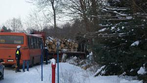 Zderzenie autobusu szkolnego z ciężarówką