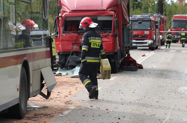 Strażacy na miejscu wypadku.