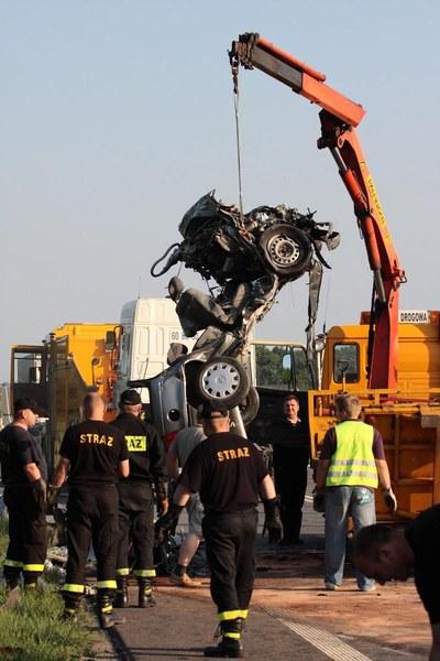 Wypadek na trasie krajowej nr 25 w Ostrowie. W czołowym zderzeniu ciężarówki z osobowym oplem zginęła kobieta.